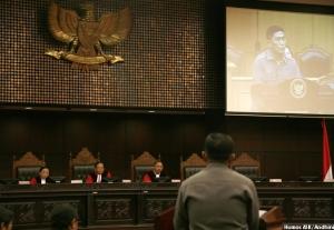 Kapolres Fakfak AKBP F.S. Napitupulu, memberikan kesaksian dalam sengketa Pemilukada Kab. Fakfak Prov. Papua Barat di depan majelis Hakim Konstitusi, Senin (18/10)